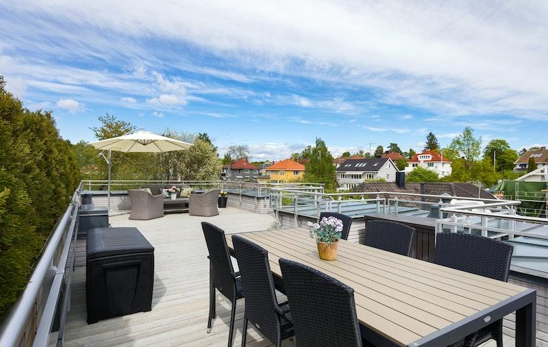 Svært romslig privat takterrasse på 52 m² med sol hele dagen og flott utsyn