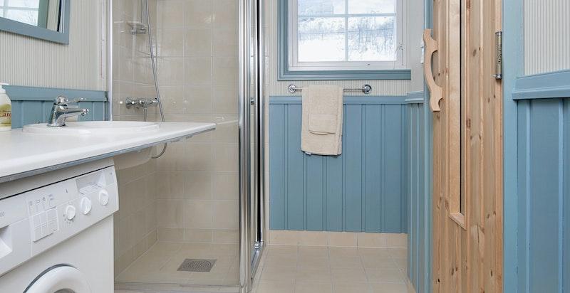 Bad med badstue og opplegg for vaskemaskin