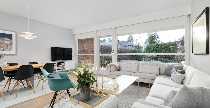 Lys og luftig stue med utgang til terrasse og hage