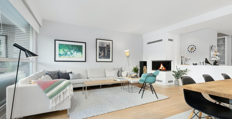 Stue med peis som kan nytes både fra sofa -og spisesone