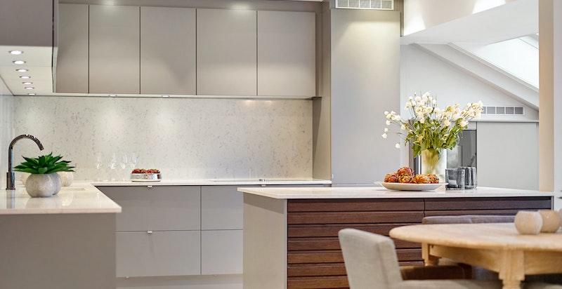 Kjøkkeninnredning fra JKE med multifront innredning på kjøkkenøy