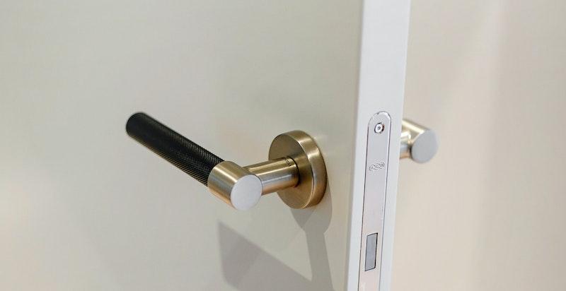 System dørhåndtak med soft close