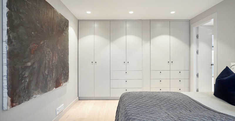 God skapplass i snekkerbygde garderober i veggens farger