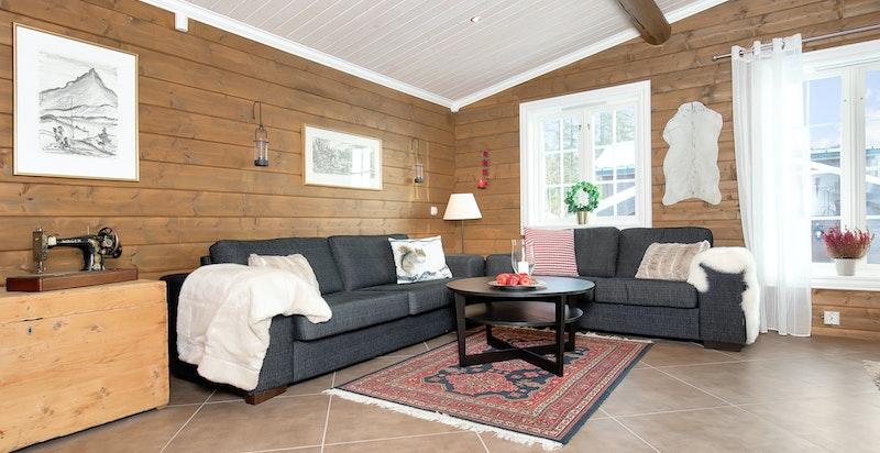 Hytta har flislagte, pene gulv med varme i hele underetasjen (utenom soverommene).