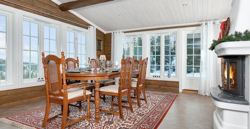 Det er plass til en stor spisestue med 8-10 stoler så her kan du samle storfamilien.