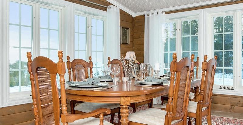 Det er god takhøyde i stuen og spisestuen.