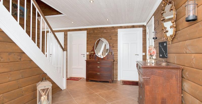I entrèen har du inngang til baderom og to soverom, samt trapp opp til andre etasjen.