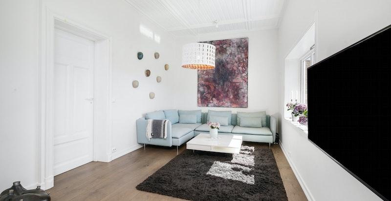 Stuen er meget romslig slik at rommet kan deles opp i flere soner