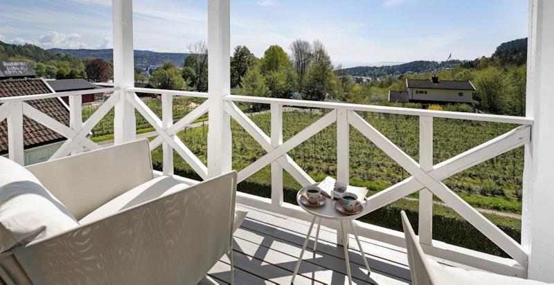 Fra den overbygde verandaen er det nydelig utsikt mot fjorden
