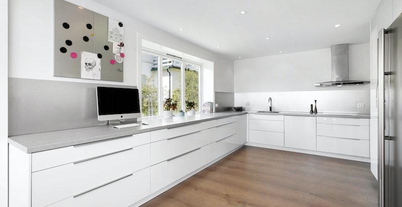 Moderne kjøkkeninnredning fra Epoq med glatte laminerte skap fronter, laminert benkeplate.