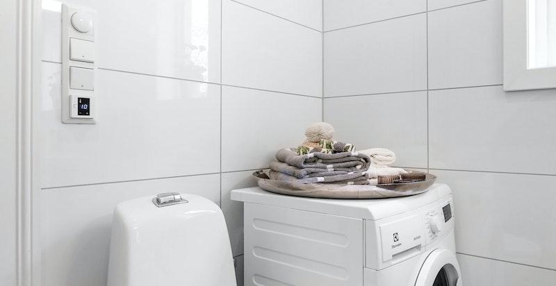 Badet i 1.etg. har opplegg for vaskemaskin og evt. tørketrommel