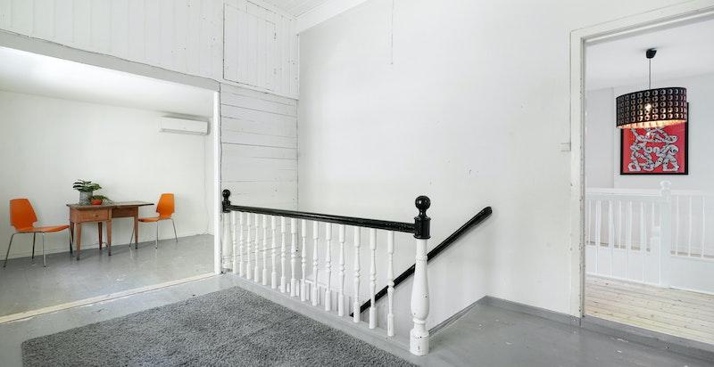Stort rom i 2.etg. med egen adkomst fra 1.etg. Dette rommet og evt. tilstøtende rom kan enkelt tilrettelegges som en hybel.