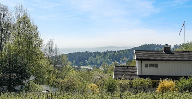 Eiendommen har flott utsikt mot fjorden som det er vanskelig å rettferdiggjøre på et bilde