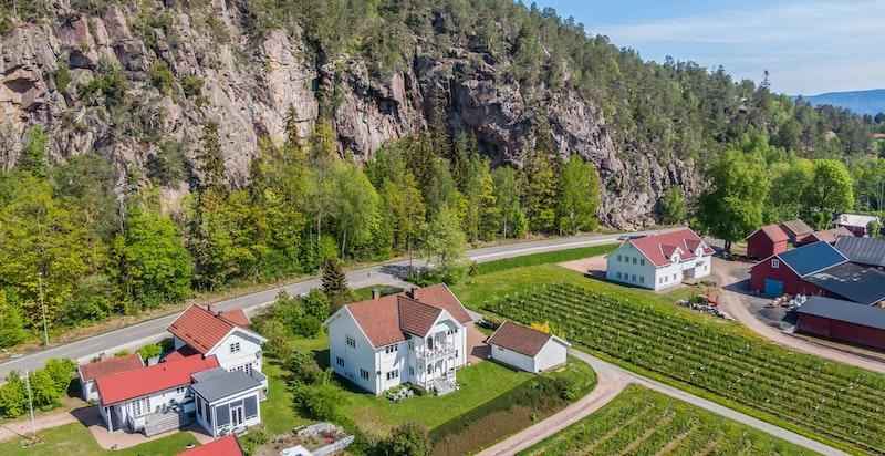 Berger Gård som er naboeiendommen (til høyre i bildet) har direkte salg av  jordbær/bringebær i sesongen.