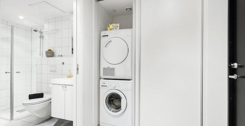 Noe adskilt fra baderommet er det opplegg og plass for vaskemaskin og tørektrommel. Vaskemaskin og tørektrommel medfølger
