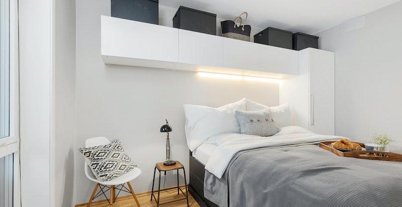 Soverom med garderobe - garderobe og seng medfølger