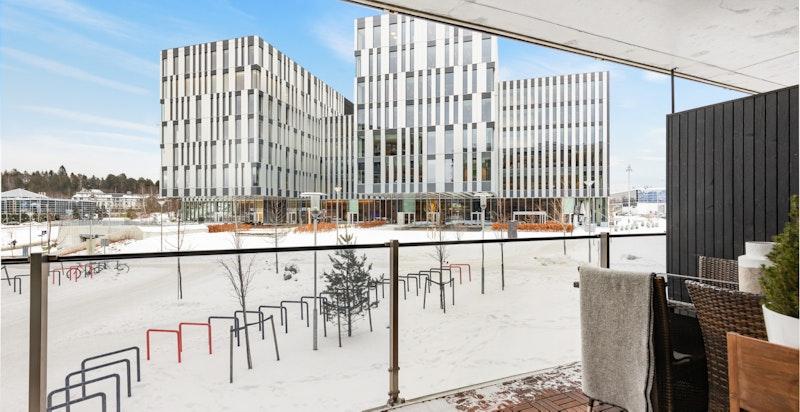 Utsyn fra balkongen - god avstand til øvrig bebyggelse