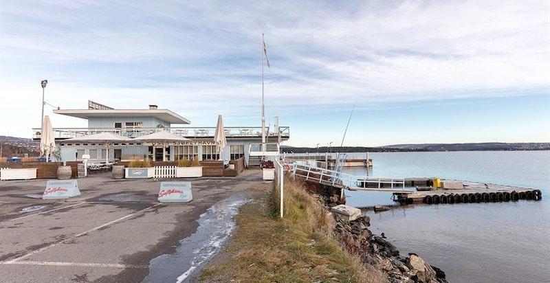 Restaurant Sjøflyhavna kro, ligger en kort spasertur unna