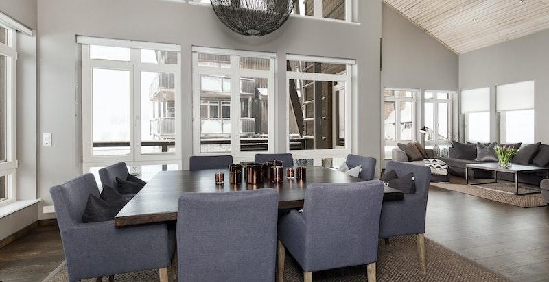 Meget lekker leilighet med mange vinduer og høyde under taket som gir mye lys