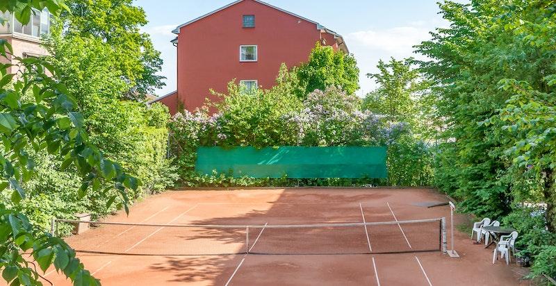 Tennisbane på området