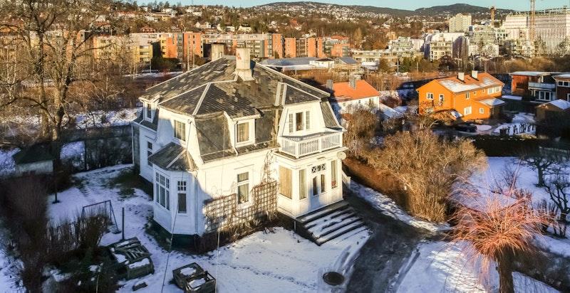Hovedhuset er originalt fra 1905 med mange fine detaljer.