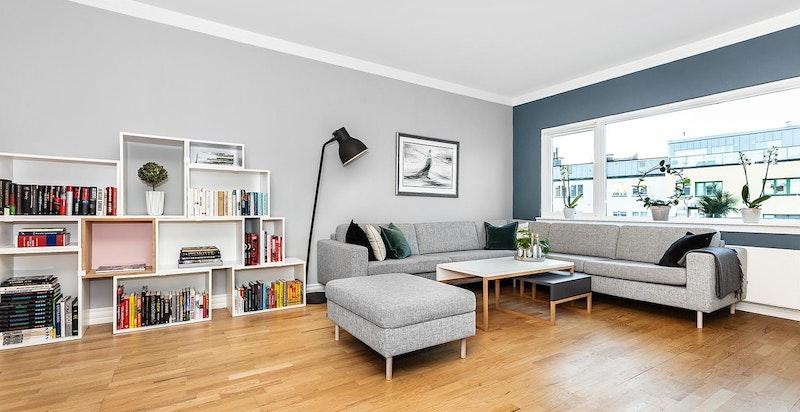 God plass til sittegruppe, møblement og TV-seksjon