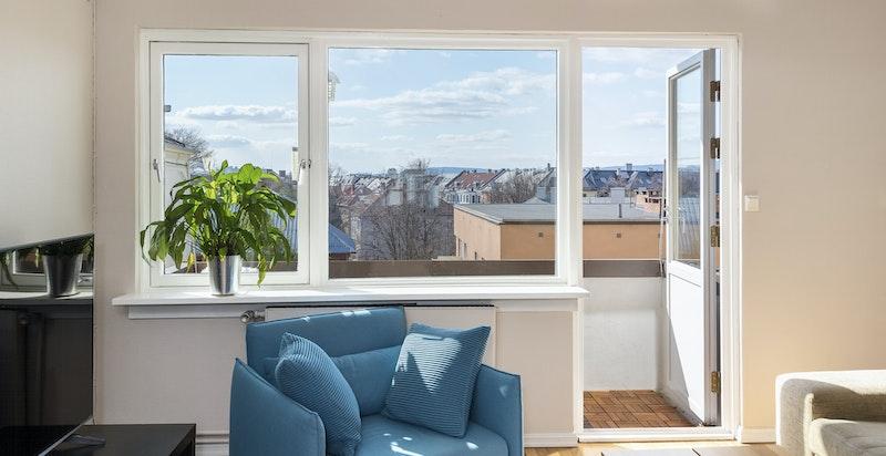 Fra stuen har man utgang til sydvendt balkong med flott utsyn og svært gode solforhold