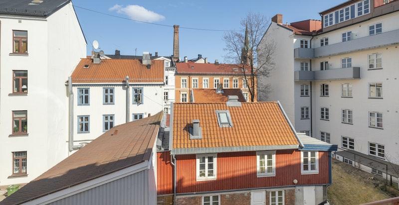 Utsikt mot bakgård fra kjøkken og soverom 2 - Briskebys eldste hus