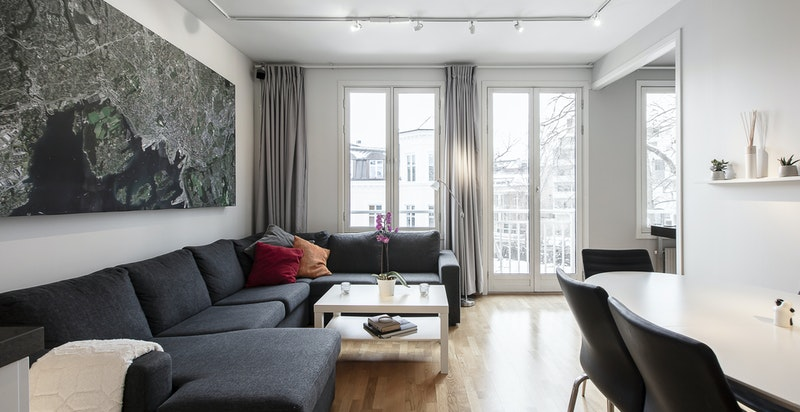 Romslig stue med takhøyde målt til 2,7 meter.
