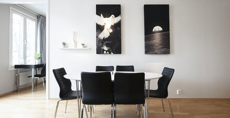 Stuen har plass til både sofagruppe og spisebord.