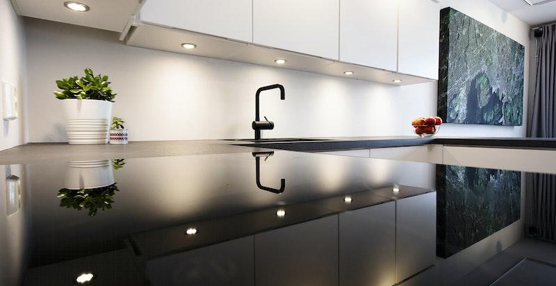 Kjøkkenet har integrerte hvitevarer som kjøleskap/fryser, ovn, platetopp (induksjon) og oppvaskmaskin.