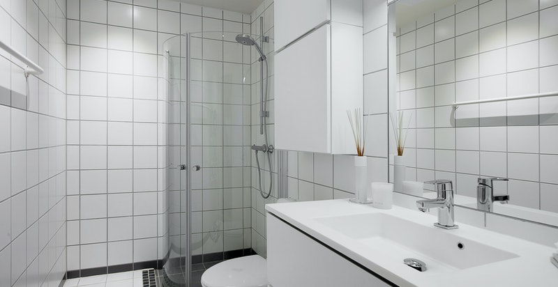 Badet er av god størrelse, er flislagt og har varmekabler i gulv.