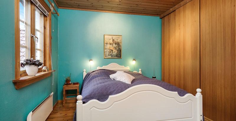 Soverom I/Hovedsoverommet: God plass til dobbelseng og garderobeskap på hele den ene langveggen.