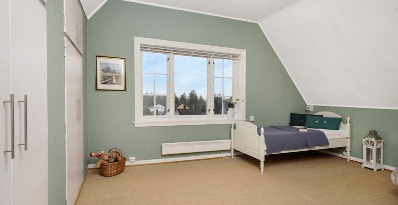Soverom II: Stort soverom med flott utsikt og garderobeskap integrert i veggen.