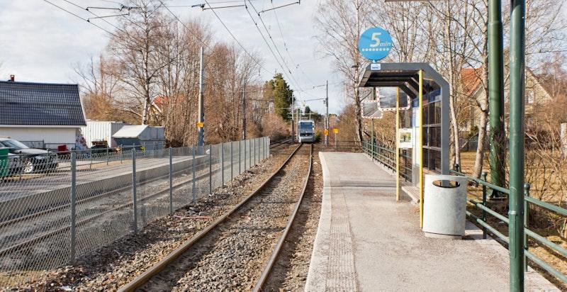 Gode offentlige transportalternativer i området; buss, trikk og t-bane innen gangavstand.