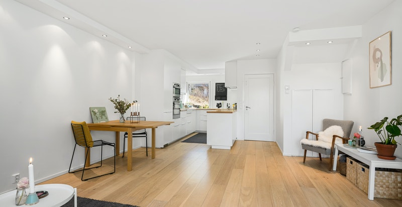 Rommet er gjennomgående og med gode lysforhold fra vindu i begge ender
