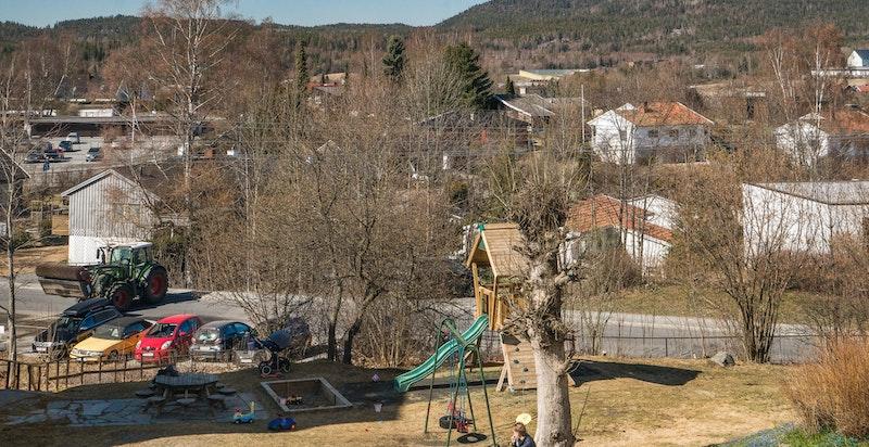 Fra balkongen kan du fint følge med mens barna er på lekeplassen