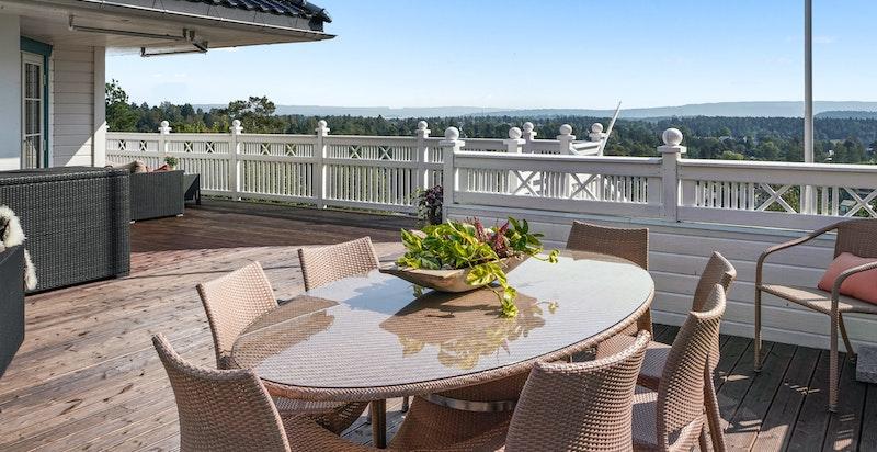 Stor terrasse utenfor stuen - trapp til hagen