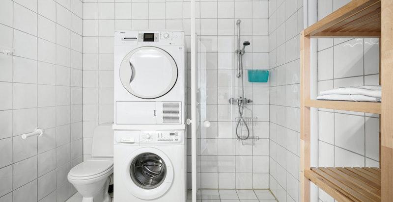 Kombinert dusjbad og vaskerom i sokkelleilighet