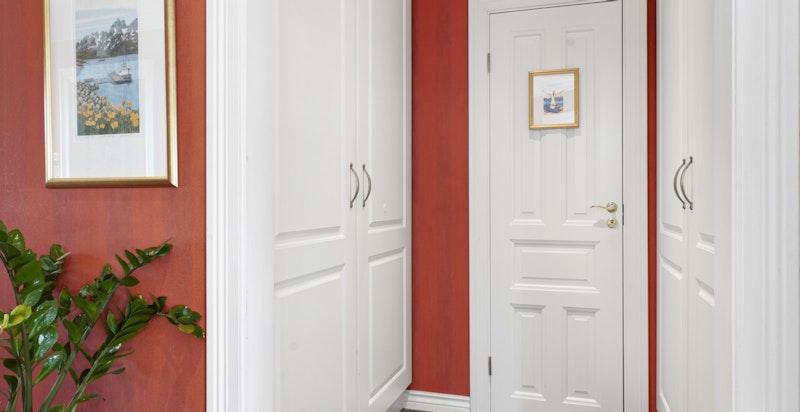 Inngang til garderoberom og gjestetoalett fra hall