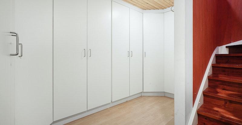 Direkte inngang fra hall til garderoberom i undretasjen - derfra er det også innvendig inngang til garasje