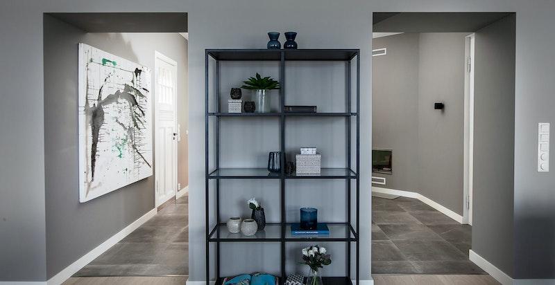 Stue mot entré/hall. Naturlig plass til garderobe.