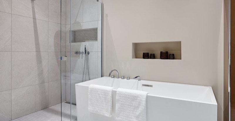 Utstyrt med hjørnedusj og frittstående badekar