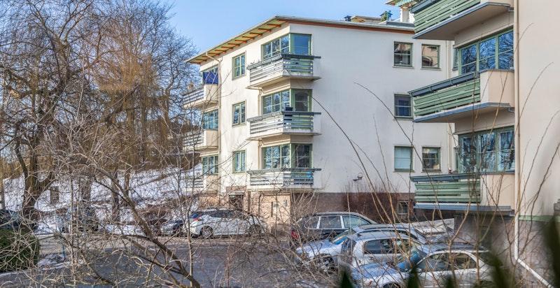 Mot sommeren blir trærne utenfor vinduet grønne og gir vakre utsiktsbilder ut fra leiligheten.