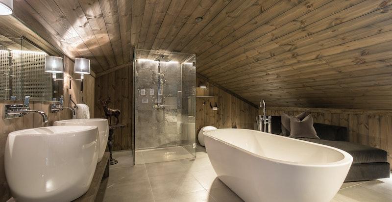Mesanin innredet som stort SPA bad. Stort frittstående badekar