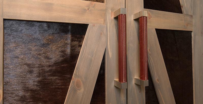 Lekre detaljer på skap, med pels og engelsksøm på håndtak
