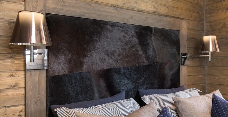 Sengegavel i pels og rosegulls sengelamper fra Floss