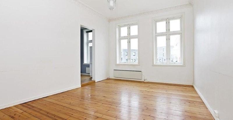 Stuen er i dag møblert med spisestue, sofa med bord og tv-benk.