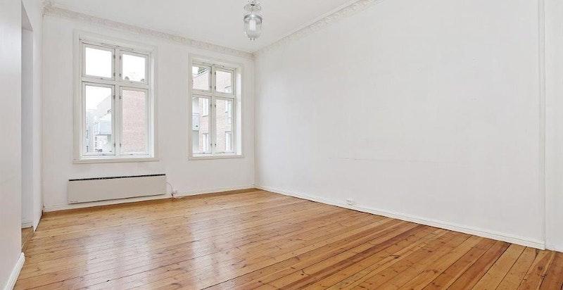 Stue med store fine vinduer med dype karmer
