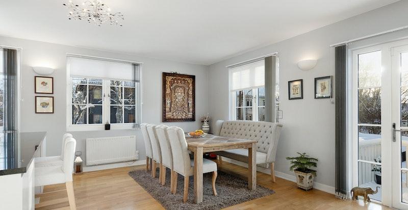 Lys og romslig stue med god plass til flere salonger. Utgang til terrasse og hage